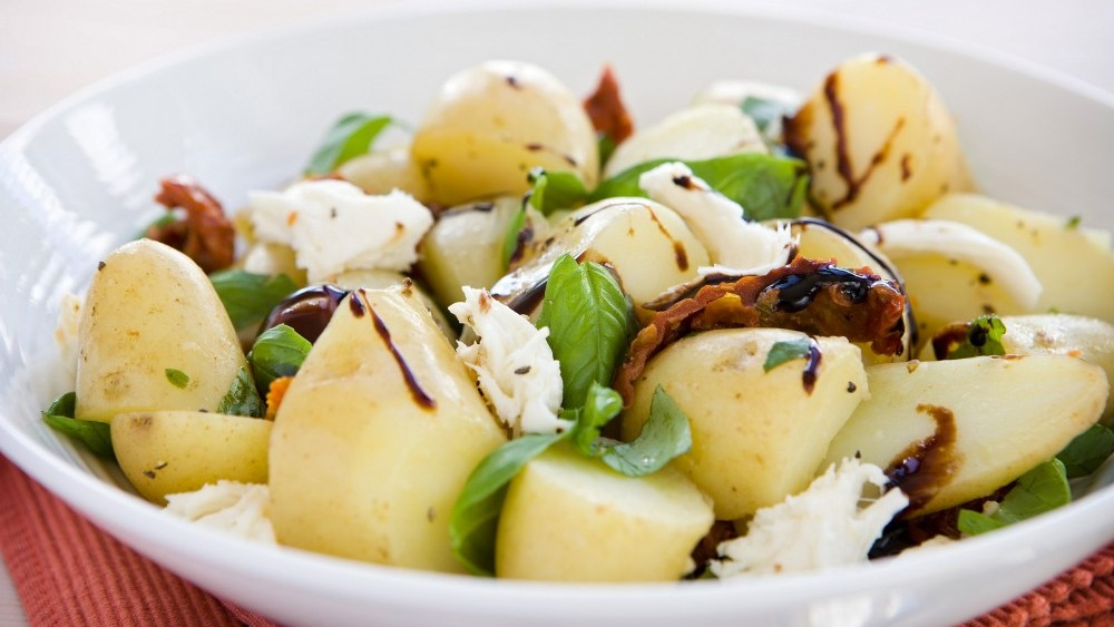 Potato salad with sun-dried tomatoes and mozzarella