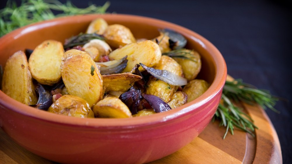 Roast potatoes with herbs and red onion